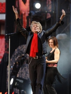 Rod Stewart kicks soccer balls from Wembley's stage