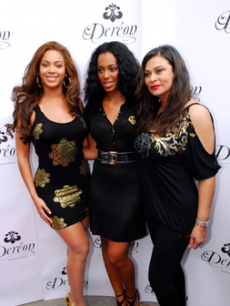 Beyonce poses with her sister & mother at her Canada clothing launch