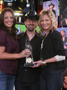 Sara Evans & Sugarland announce the CMA nominees in Nashville