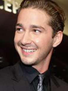 Shia smiles for fans as he hits the 2007 MTV VMAs red carpet