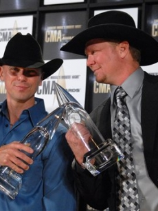 Kenny Chesney & Tracy Lawrence toast for Musical Event of the Year