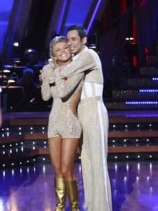 Helio & Julianne hug as they finish up the dance