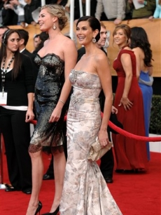 Teri Hatcher & Rebecca Romijn light up the red carpet at the SAG Awards