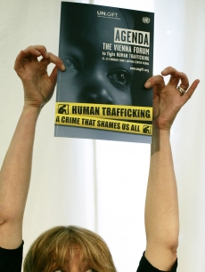Emma Thompson holds up the agenda of the Vienna Forum to fight Human Trafficking