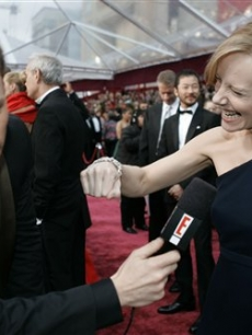 Amy Ryan jokes with Ryan Seacrest on Oscar red carpet