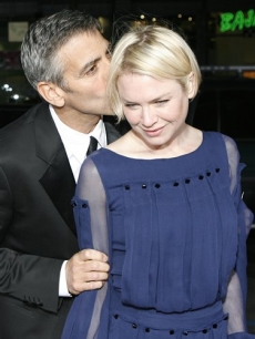 George Clooney kisses actress Renee Zellweger at the premiere of &#039;Leatherheads&#039; 