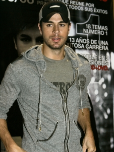 Enrique Iglesias promotes his latest album '95/08' in Mexico