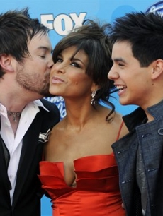 Paula Abdul gets a kiss from Cook on the &#8216;Idol&#8217; red carpet 