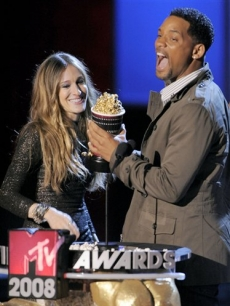 Presenter Sarah Jessica Parker gives the award for best male performance Will Smith