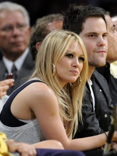 Hilary Duff and Mike Comrie watch the Boston Celtics play the Los Angeles Lakers