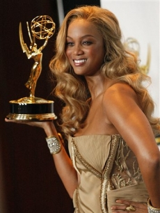 A blonde Tyra Banks shows off her Daytime Emmy for Outstanding Talk Show
