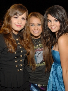 Despite reports of a feud, Demi Lovato, Miley Cyrus and Selena Gomez together at Teen Choice