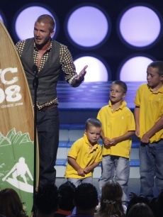 David Beckham accepts his Choice Male Athlete with his sons Cruz, Romeo and Brooklyn