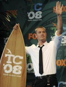 Chad Michael Murray backstage with his surfboard at the Teen Choice Awards 2008