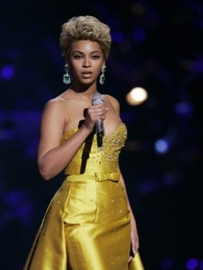 Beyonce looks stunning as she performas at Fashion Rocks, Sept. 5, 2008