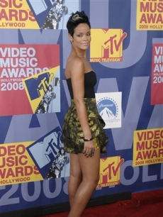 The lovely Rihanna hits the VMA red carpet