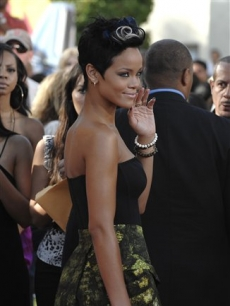 A wave from Rihanna to the VMA red carpet press