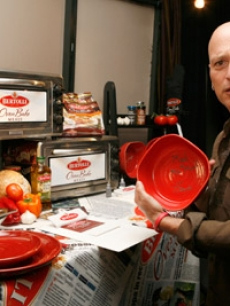 Howie Mandel checks out the Bertolli Oven Bake Meals