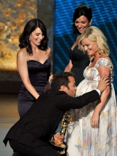 Jeremy Piven kisses Amy Poehler's stomach after winning the Emmy for Best Supporting Actor, Comedy Series for 'Entourage'