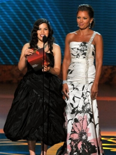 'Ugly Betty's' America Ferrera and Vanessa Williams present an award at 2008 Emmys