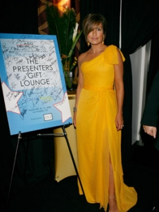 Mariska Hargitay swings by the Gift Lounge backstage for 2 great causes — just for popping in, Bertolli Oven Bake Meals made a contribution on her behalf to Dream Street Foundation and Girls, Inc.!