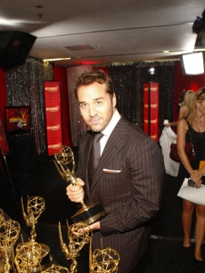 Jeremy Piven grabs his Emmy for Best Supporting Comedy Actor