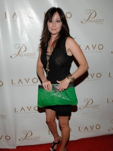 Shannen Doherty shows off her green Joanna bag