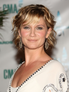 Jennifer Nettles of Sugarland hits the CMA 2008 red carpet 