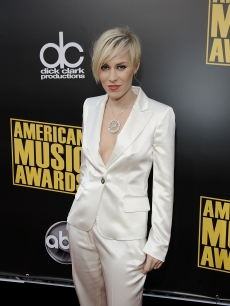 Natasha Bedingfield suits up at the 2008 AMAs