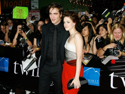 Fans surround Robert Pattinson and Kristen Stewart at the LA 'Twilight' premiere