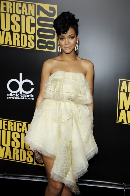 Rihanna is all wrapped in her in yellow dress at the 2008 AMAs