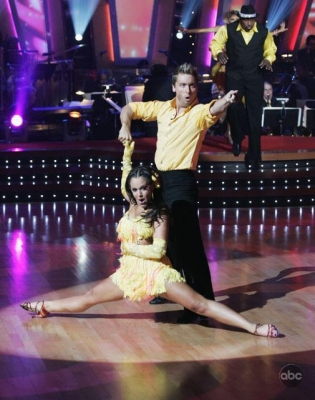 Lance Bass and Lacey Schwimmer pull out the samba stops in the 'DWTS' final