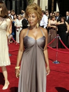 Alfre woodard looks amazing as she poses