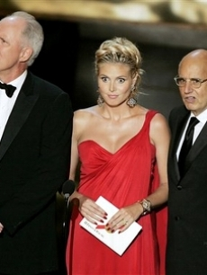John lithgow, Heidi Klum and Jeffrey Tambor present an award