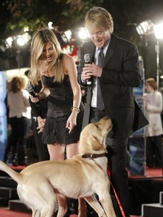 Jennifer Aniston and Owen Wilson play with 'Marley' at the premiere of 'Marley & Me' in Los Angeles