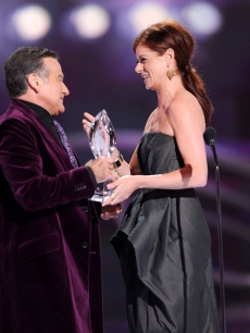 Debra Messing presents actor Robin Williams the Favorite Scene Stealing Guest Star award