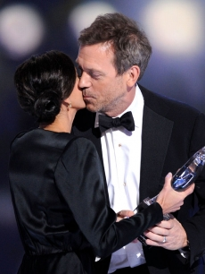 Teri Hatcher and People&#8217;s Choice Award winner Hugh Laurie share a kiss onstage