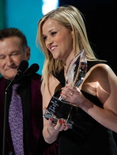 Reese Witherspoon wins Favorite Female Movie start at the 2009 People's Choice Awards as Robin Williams