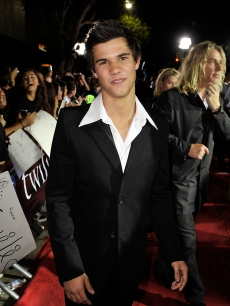 Taylor Lautner hits a 'Twilight' red carpet