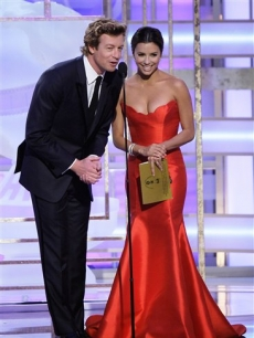 'The Mentalist's' Simon Baker and Eva Longoria present an award at the 2009 Golden Globes