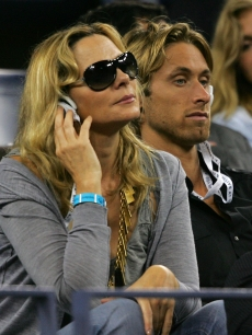 Kim Cattrall and chef Alan Wyse watch the match between Serena Williams and Venus Williams at the US Open