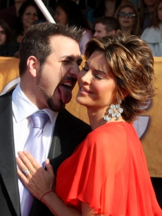 Joey Fatone and Lisa Rinna get up close on the SAG Awards red carpet