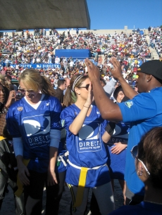 Coach Reggie Bush gives Maria Menounos a high five after the game!