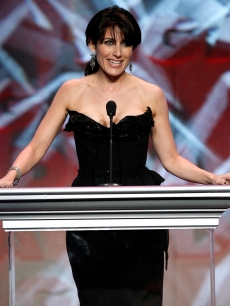 &#8216;House&#8217; star Lisa Edelstein presents at the 2009 DGA Awards