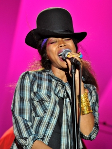 Erykah Badu performs during the 2008 Spirit Of Life Award Dinner on October 15, 2008 in Santa Monica, California