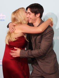 Justin Long goes in for a hug with Bijou Phillips on the red carpet