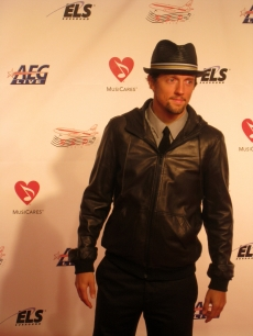 Jason Mraz strikes another pose for the photogs at the MusiCares event in LA