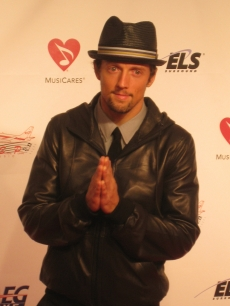 Jason Mraz strikes a pose for the photographers at the MusiCares event