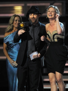 Performer Sheryl Crow (L) presents the Grammy Award for the Best Country Song to Kristian Bush (C) and Jennifer Nettles (R) of Sugarland during the 51st annual Grammy awards