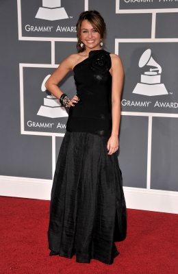 Miley Cyrus shines on the Grammy red carpet